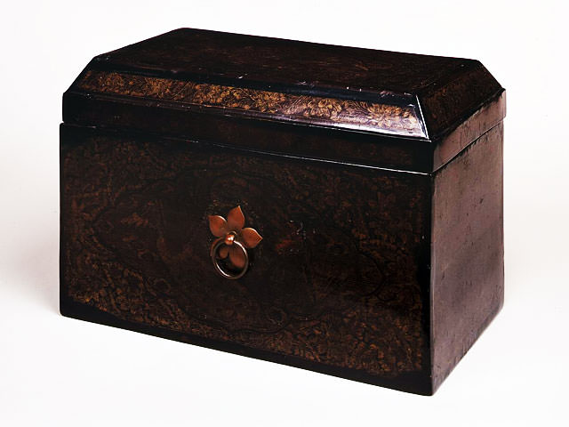 Buddhist scriptures box with peacock design gold lacquer-work : Industrial arts
