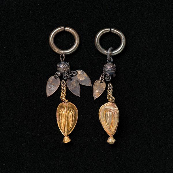 金製垂飾付耳飾