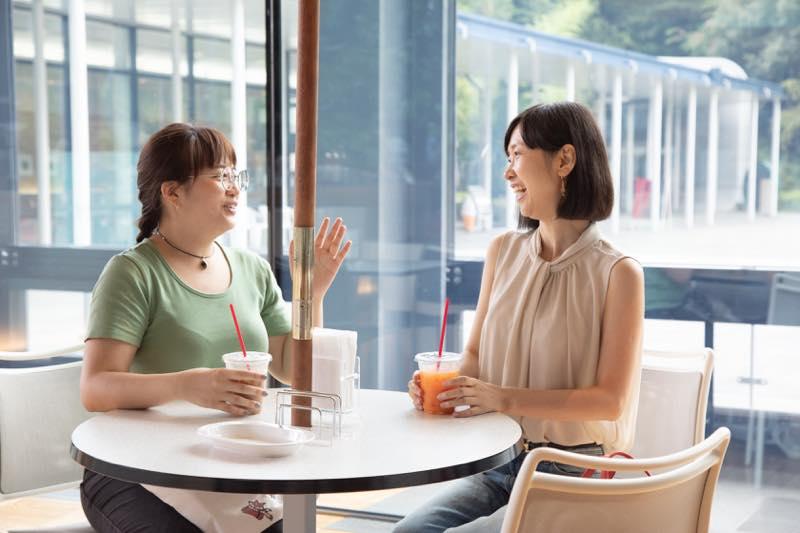 飲食や休憩はオープンカフェで